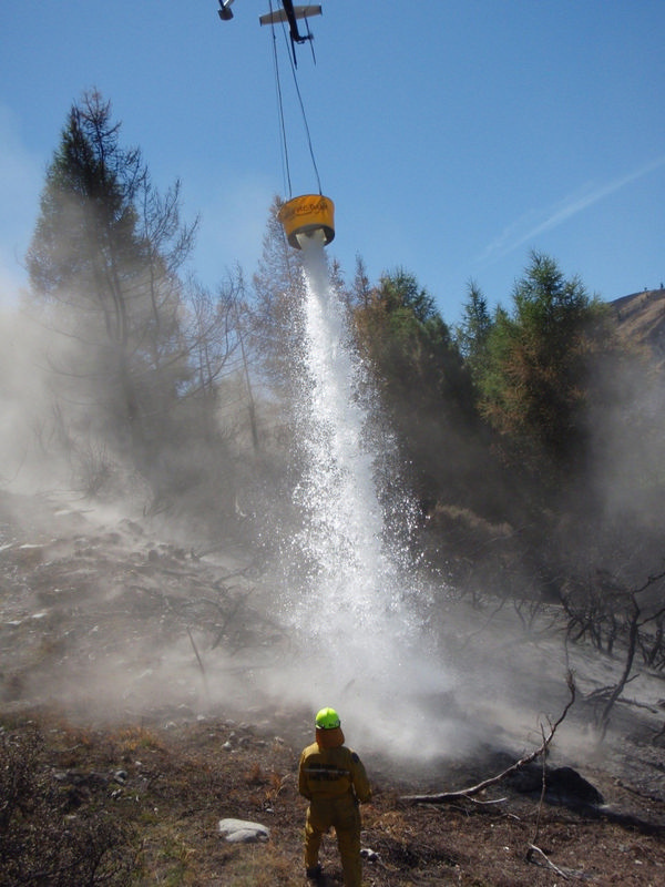 500 Litre HELiFIRE™ Monsoon Bucket – Monsoon Effect Southland Fire in H500 ZK-HVT_med